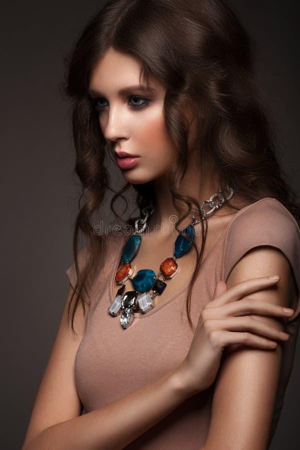 Mulher com colar bonita imagens de stock royalty free