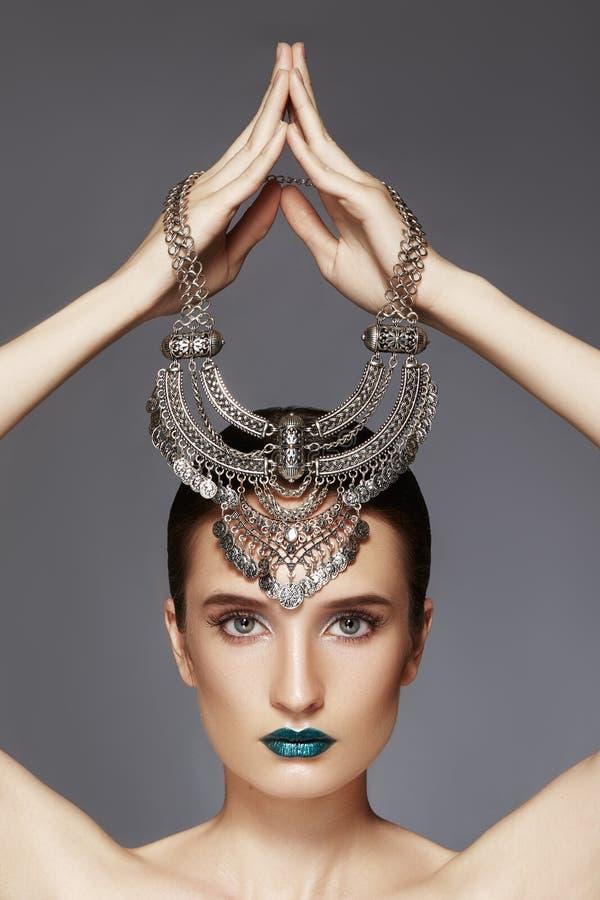 Mulher com colar de prata à disposição em cima Estilo indiano moderno da forma Acessórios do luxo da joia Composição brilhante imagens de stock