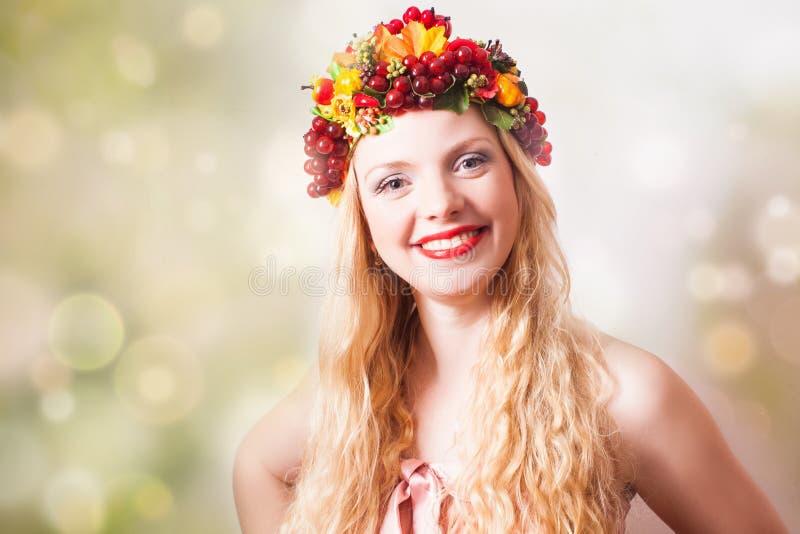Mulher com colheita e folhas do outono fotos de stock royalty free