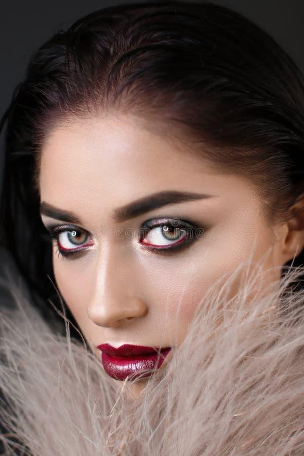 Mulher com composição brilhante e os bordos vermelhos fotografia de stock royalty free