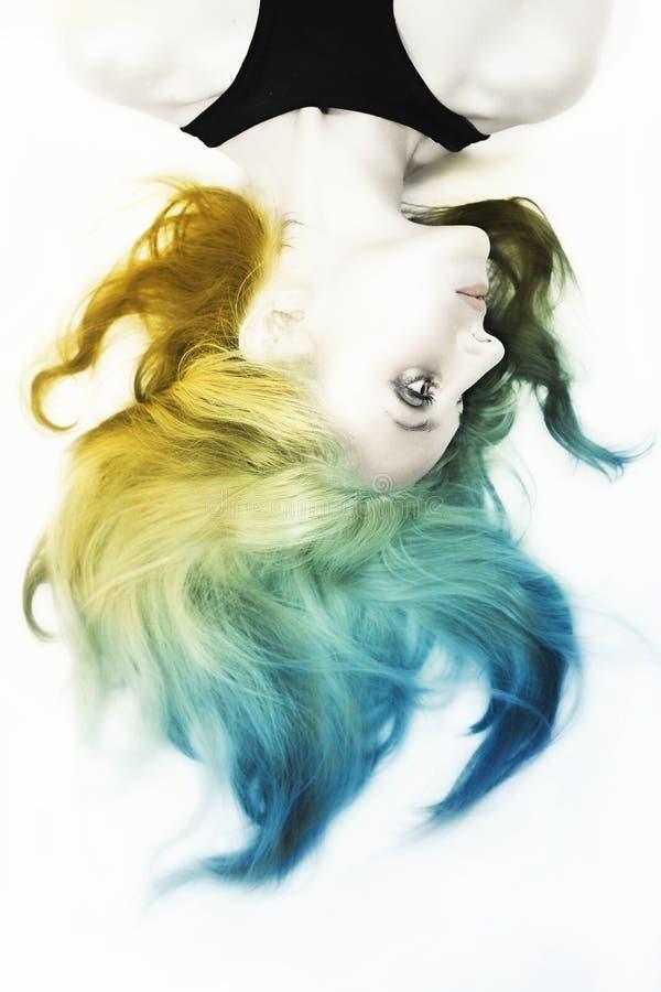 Mulher com composição de prata brilhante e cabelo colorido imagens de stock