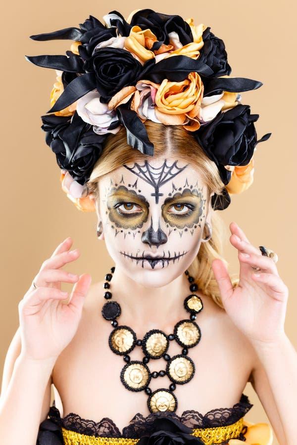 Mulher com composição do crânio do açúcar imagem de stock royalty free