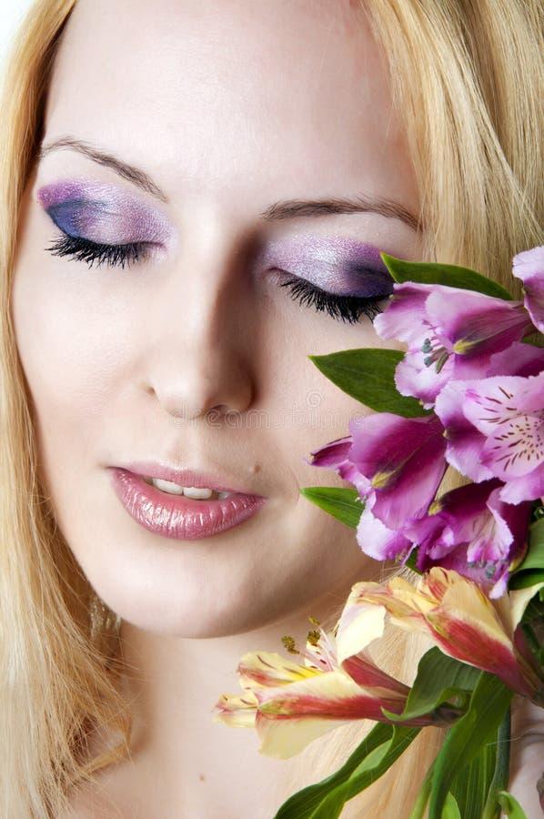 Mulher com composição elegante e flores imagem de stock