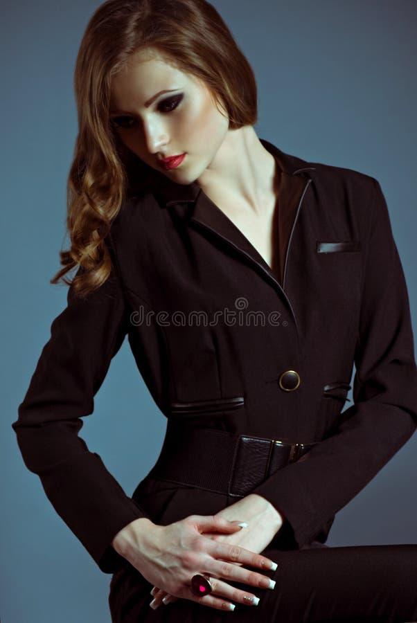 Mulher com composição na jóia luxuosa fotografia de stock royalty free
