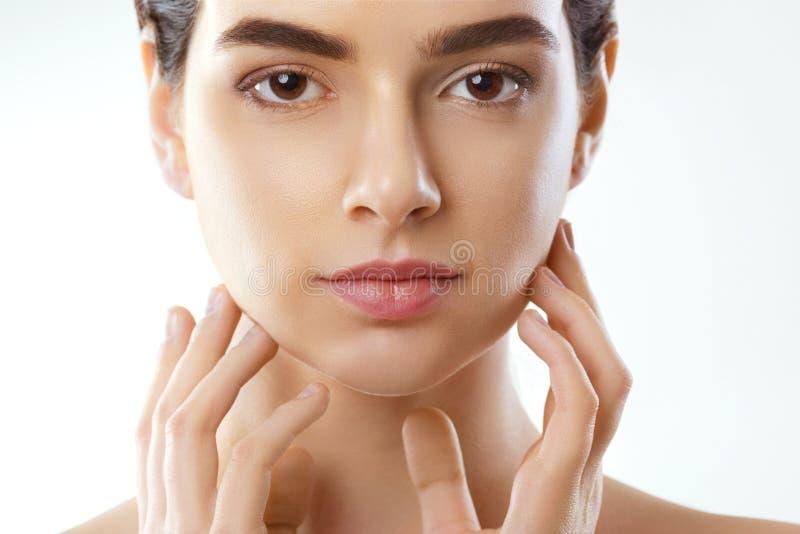 Mulher com composição natural cosmetology Menina bonita após o banho que toca em sua cara Pele perfeita Skincare foto de stock royalty free