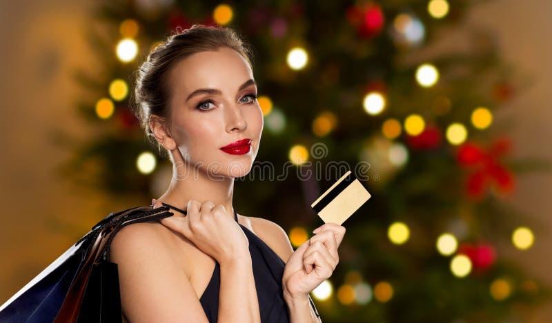 Mulher com compra do cartão de crédito no Natal fotografia de stock royalty free