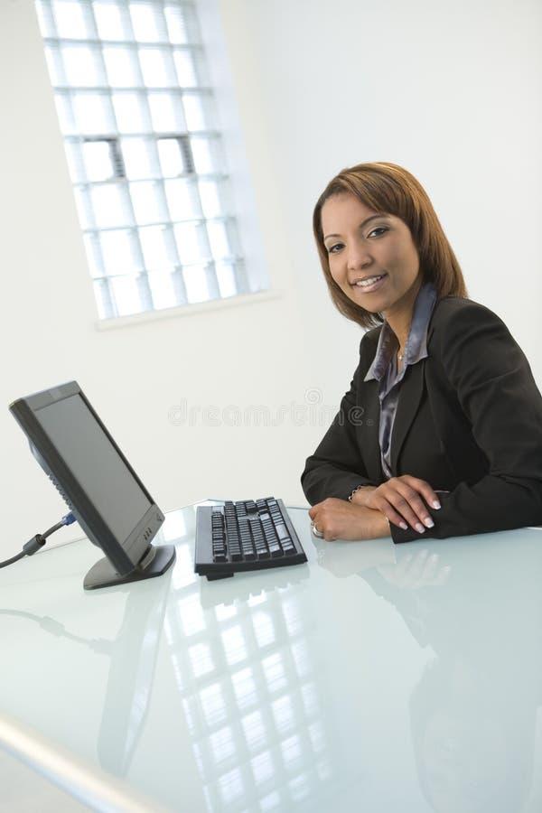 Mulher com computador fotos de stock