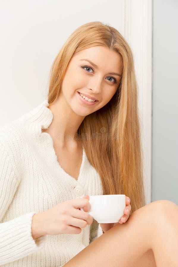 Mulher com copo. fotos de stock royalty free