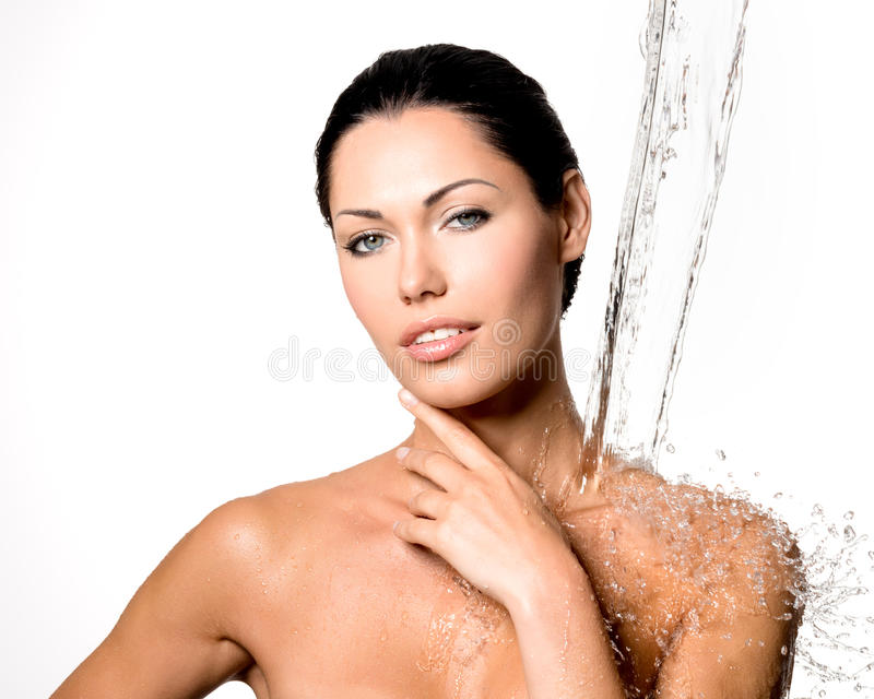 A mulher com corpo molhado e espirra da água fotos de stock royalty free