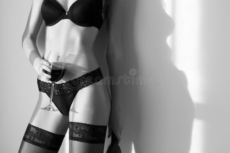 Mulher com corpo perfeito com vidro do vinho fotografia de stock royalty free