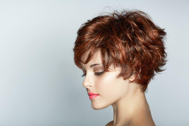 Mulher com corte de cabelo curto imagem de stock royalty free