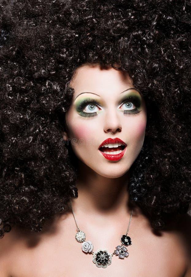 A mulher com corte de cabelo fantástico olha como a boneca imagem de stock