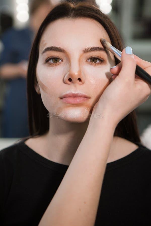 Mulher com cosméticos de contorno foto de stock royalty free