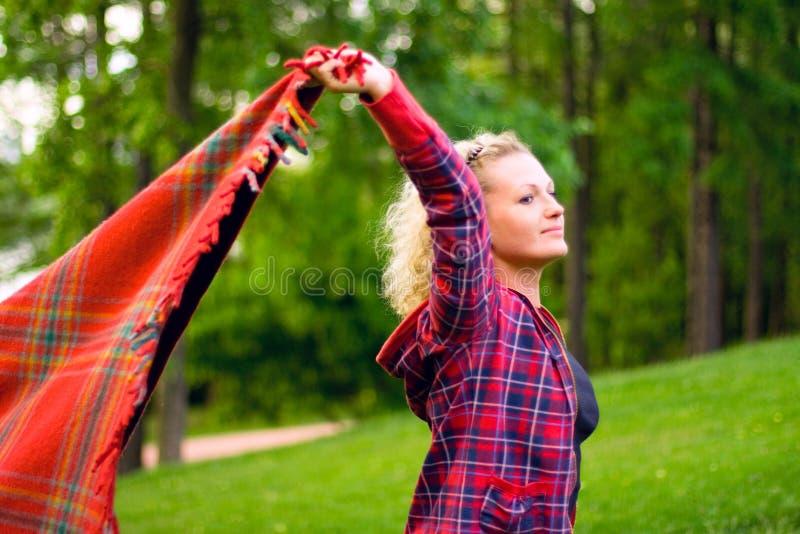 Mulher com coverlet vermelho imagens de stock royalty free