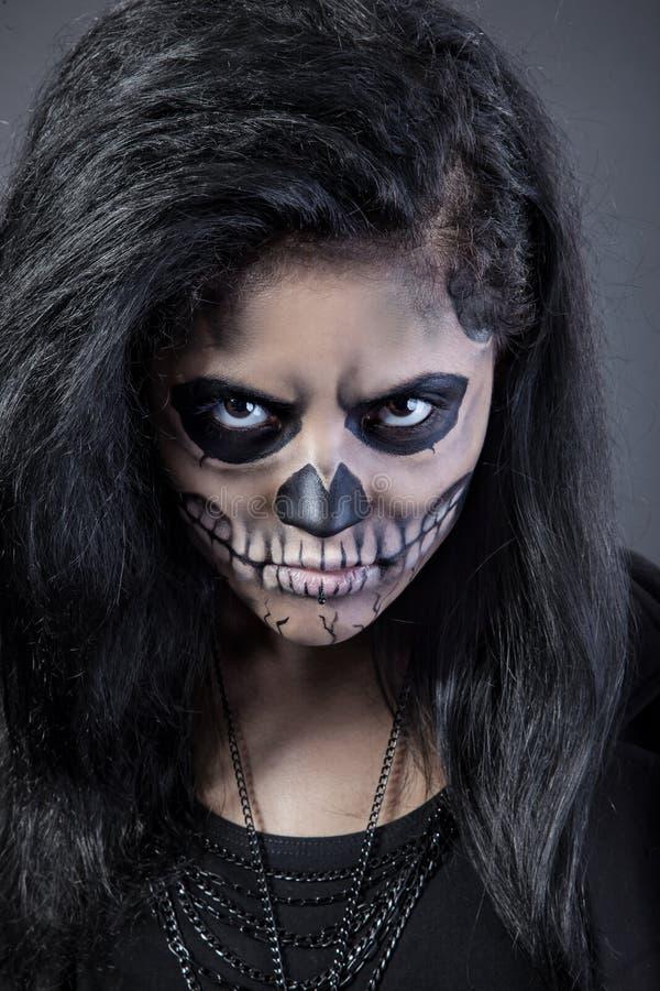 Mulher com crânio da máscara. Arte da face de Halloween foto de stock