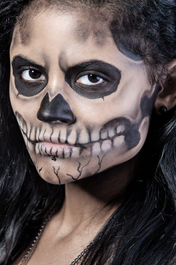 Mulher com crânio da máscara. Arte da face de Halloween fotografia de stock royalty free