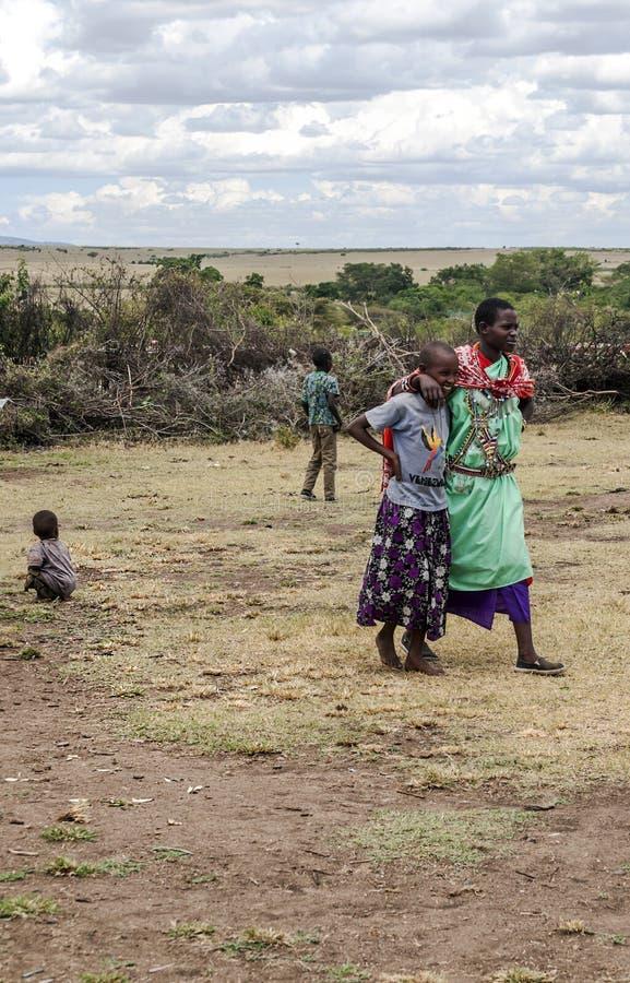 Mulher com a criança do Masai Mara imagem de stock