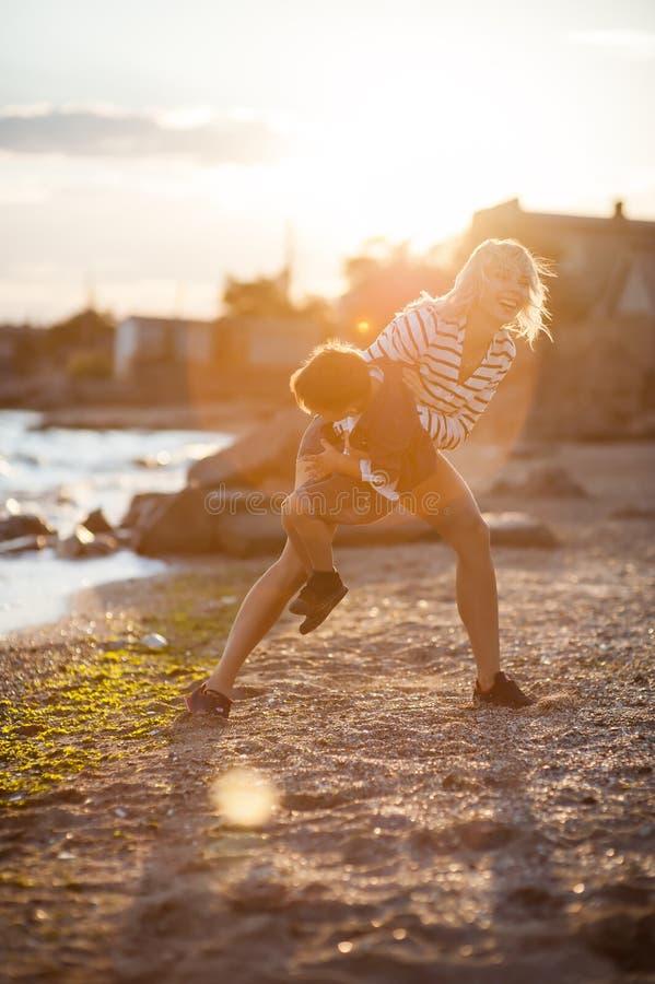Mulher com a criança na praia foto de stock