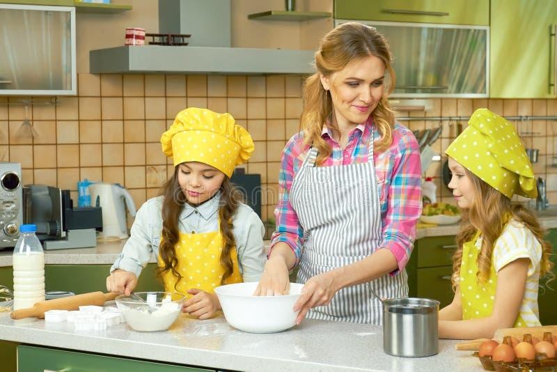 Mulher com crianças, cozinha imagem de stock
