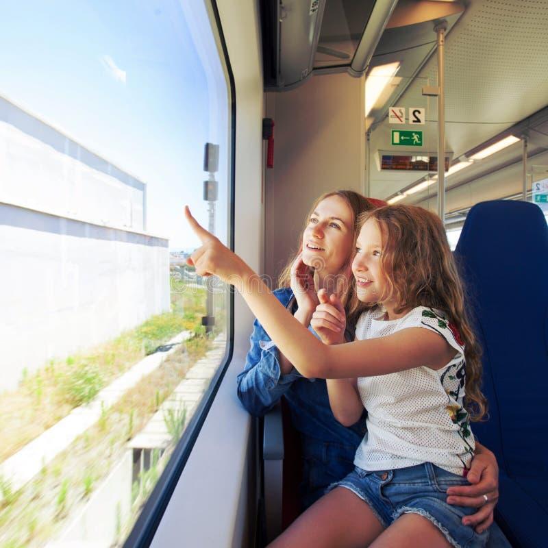 Mulher com a crian?a que viaja pelo transporte pablic fotografia de stock royalty free