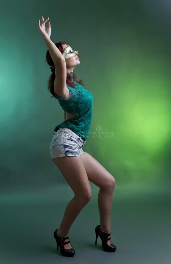 Mulher com dança da máscara imagem de stock royalty free