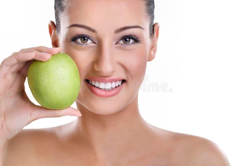 Mulher com dentes saudáveis e a maçã verde foto de stock royalty free