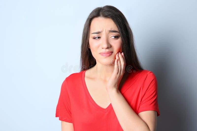 Mulher com dentes sensíveis imagem de stock