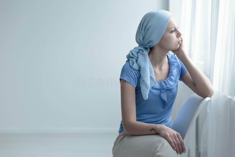 Mulher com doença da oncologia imagens de stock