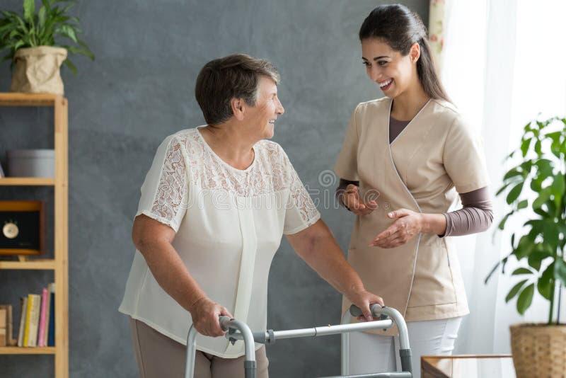Mulher com doença do ` s de Parkinson fotografia de stock royalty free