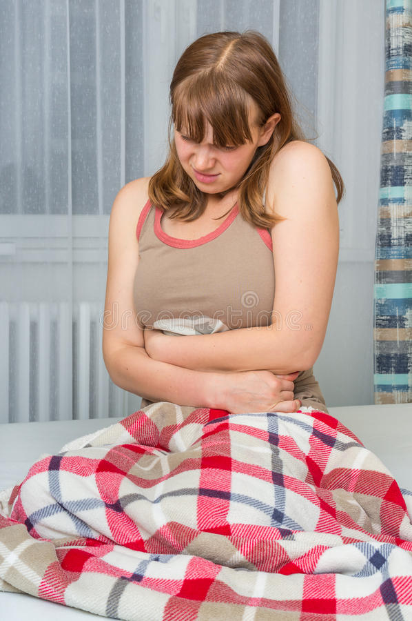 Mulher com dor abdominal, estômago ou grampos menstruais foto de stock