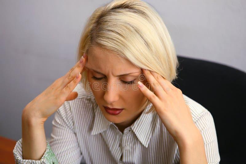 Mulher com dor de cabeça severa (enxaqueca) fotos de stock