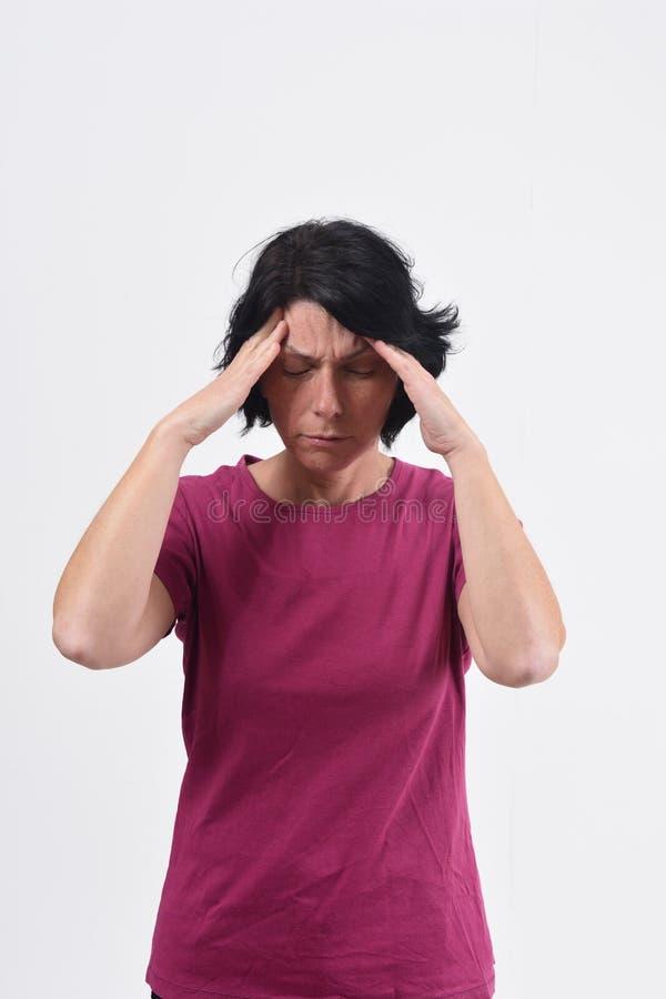 Mulher com dor de cabe?a no fundo branco foto de stock