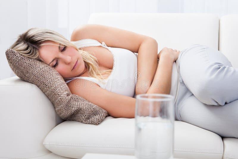 Mulher com dor de estômago fotografia de stock royalty free
