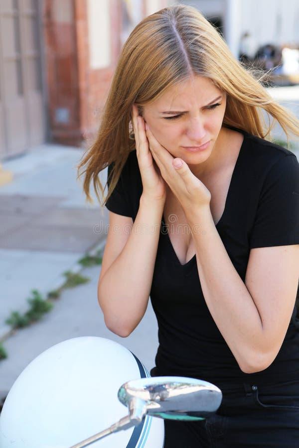 Mulher com dor de ouvido fora fotos de stock