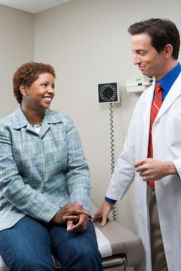 Mulher com doutor imagem de stock royalty free