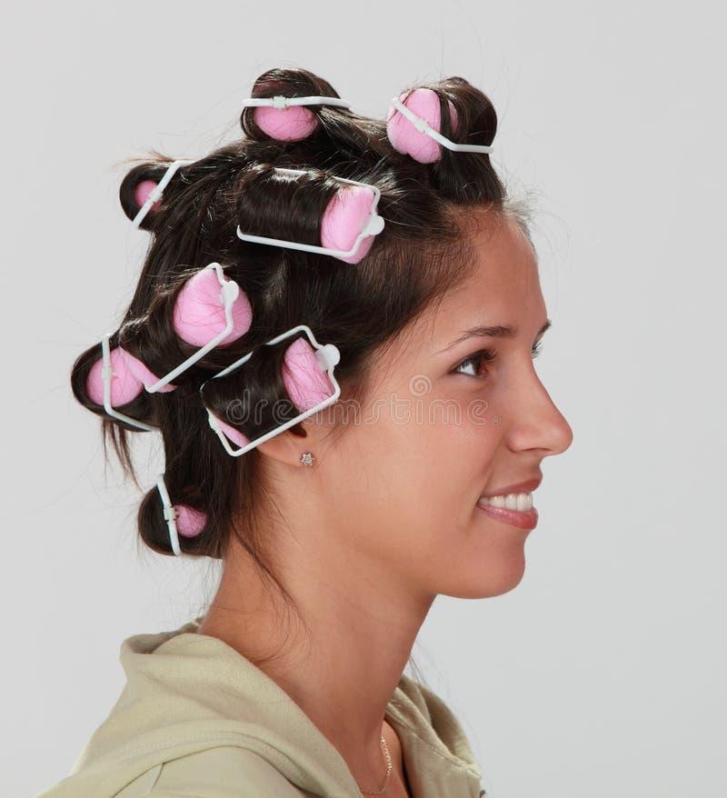 Mulher com encrespadores de cabelo fotos de stock