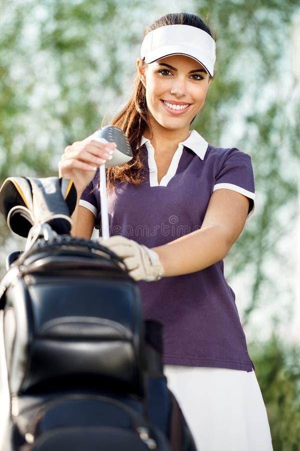 Mulher com equipamento de golfe fotos de stock royalty free