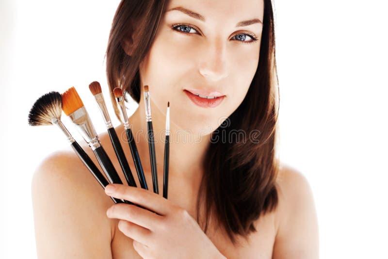 Mulher com escovas da composição imagens de stock royalty free
