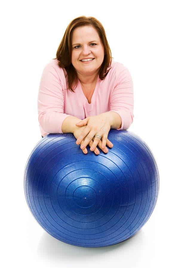 Mulher com esfera de Pilates fotos de stock