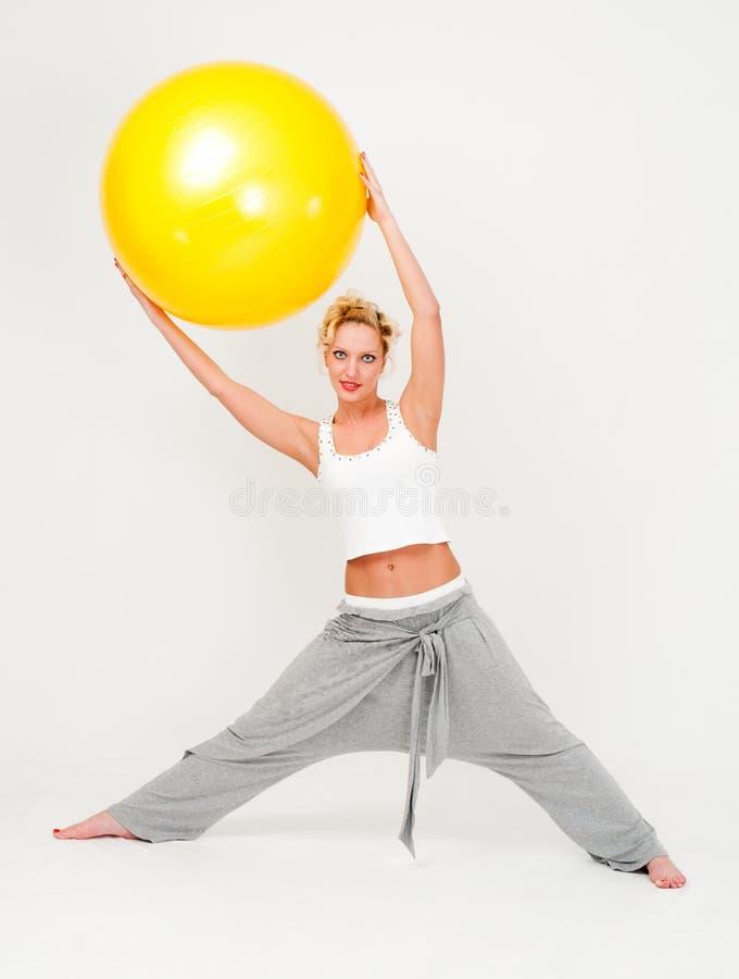 Mulher com a esfera grande da aptidão fotos de stock