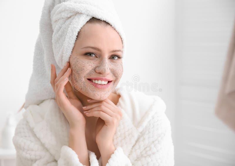 A mulher com esfrega na cara fotografia de stock royalty free