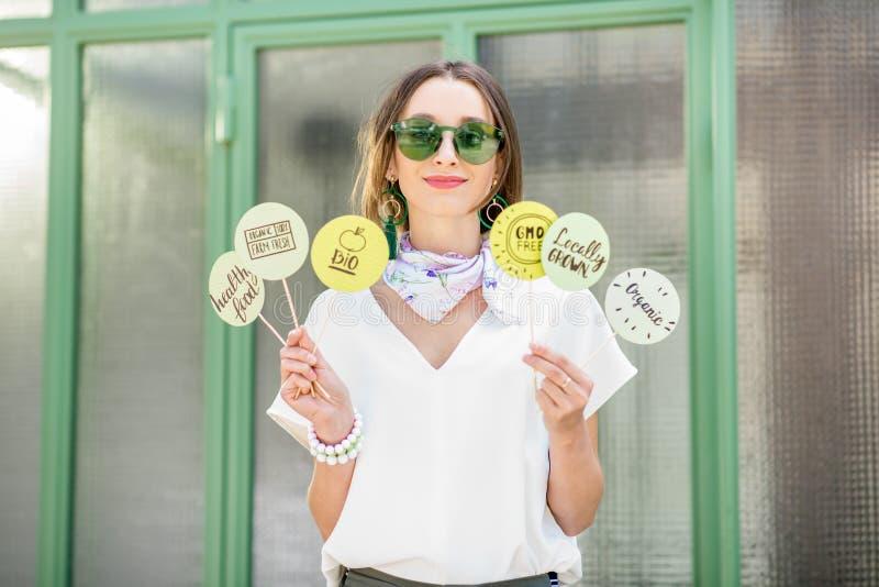 Mulher com etiqueta verde sobre o alimento saudável fotos de stock royalty free