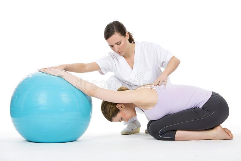 Mulher com exercício do fisioterapeuta fotografia de stock royalty free