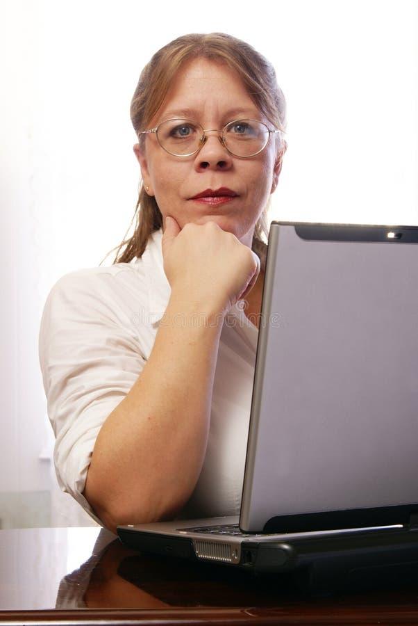 Mulher com Eyeglasses fotografia de stock