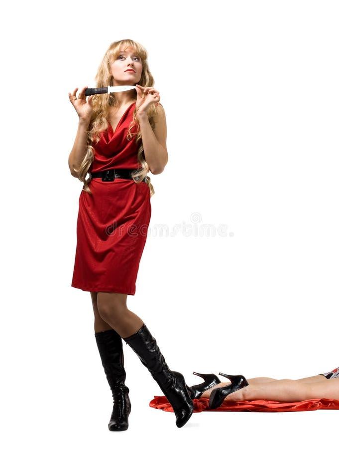 Mulher com faca e pé inoperante - cena de assassinato fotos de stock