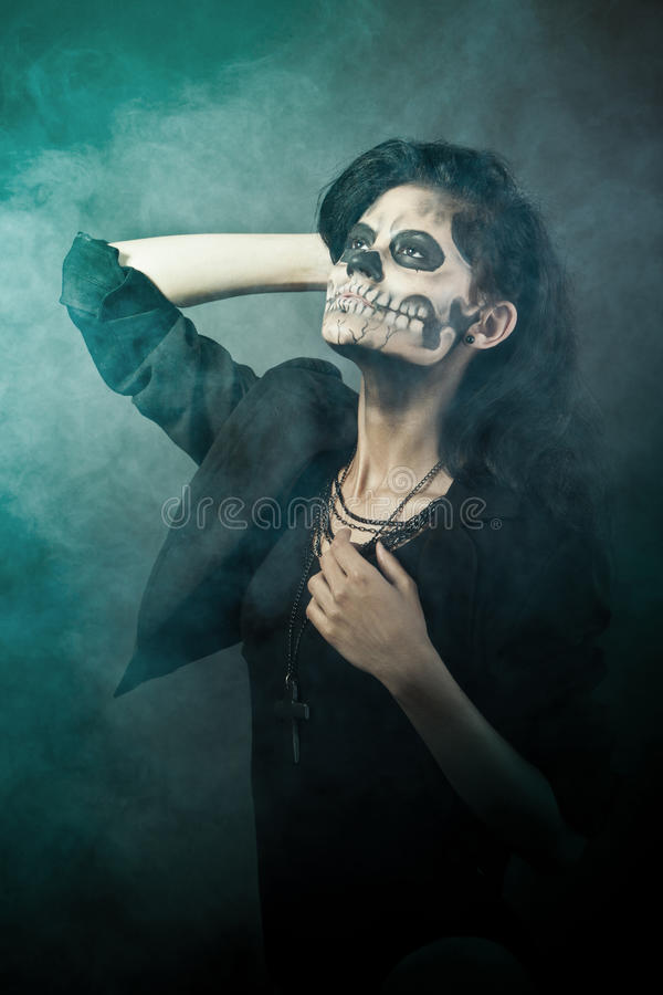 Mulher com face do crânio. Arte da face de Halloween imagens de stock