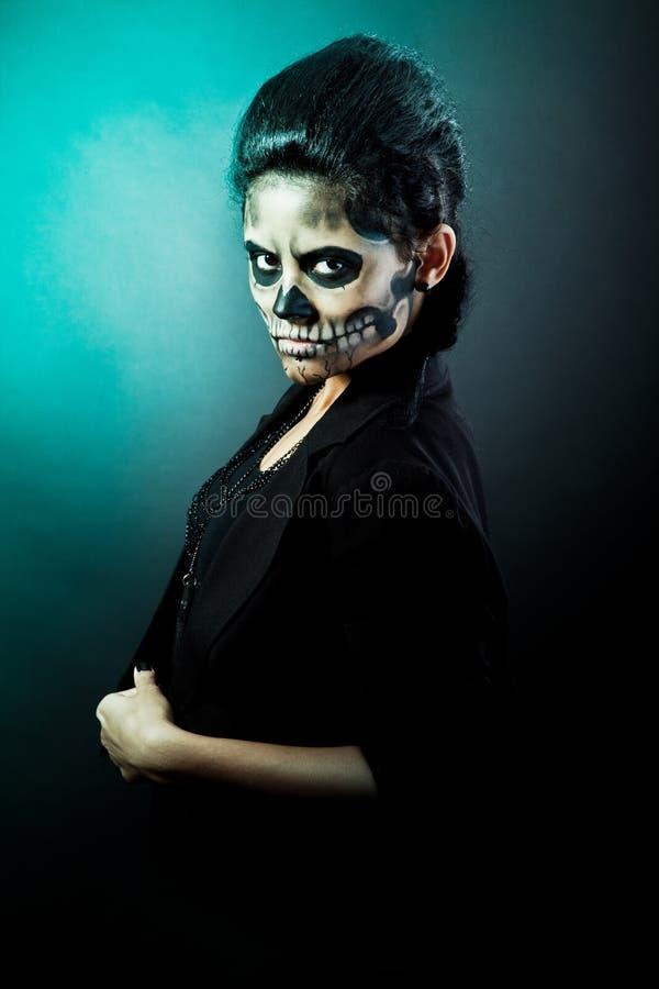 Mulher com face do crânio. Arte da face de Halloween imagem de stock