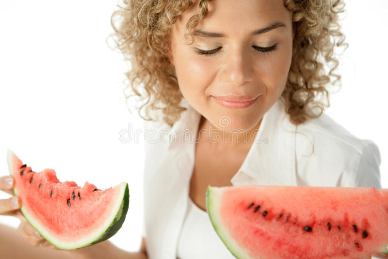 Mulher com fatias de melancia fotos de stock