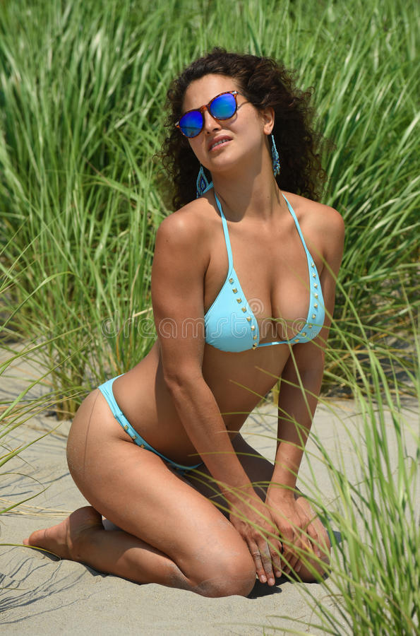 Mulher com figura perfeita no levantamento azul do biquini 'sexy' na praia fotos de stock