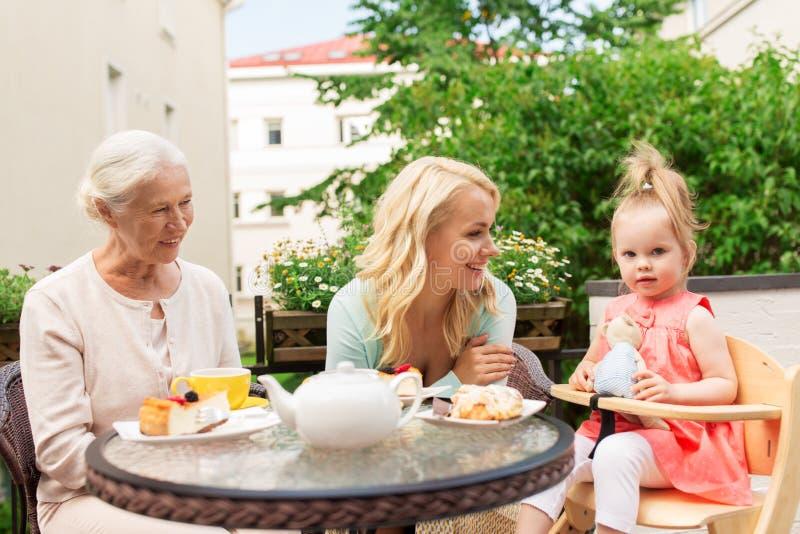 Mulher com filha e a mãe superior no café fotos de stock royalty free